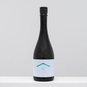 日本酒発祥地の奈良県で1871年創業の「倉本酒造」。代々、大切にしてきた裏山の水を使い、日本酒の新たなスタンダードを目指す。まさに温故知新な酒造りで生まれた新しい1本。