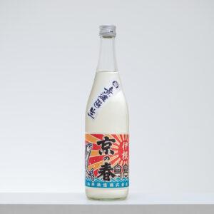 """京都府北部、日本海側に位置する与謝郡伊根町は""""舟屋""""と呼ばれる家屋が建ち並ぶ町並みが独特の風情。向井酒造は、""""海に一番近い純米酒を醸す蔵""""といわれ、「京の春」のほか、古代米を使ったピンク色のお酒「伊根満開」も人気。"""