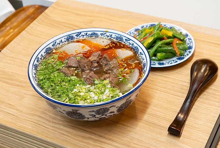 「逸品伝統牛肉麺」と「蘭州開胃涼菜」のセット「Enju」4,000円。伝統茶「三泡台」付き。