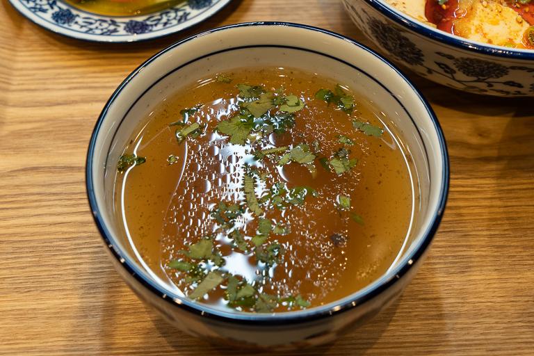 「Meigui」セットには「逸品伝統牛肉麺」でも使っている牛肉を8時間以上煮込んだコクのあるスープがついています。