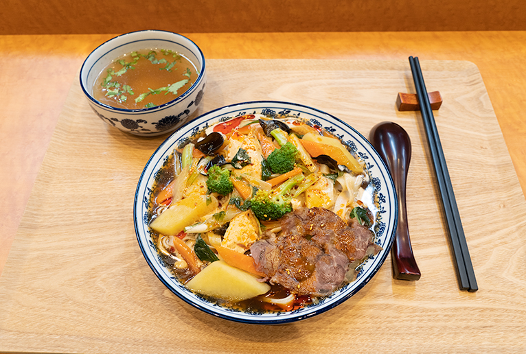 「涼麺」4,000円。こちらもスープとお茶がセットです。