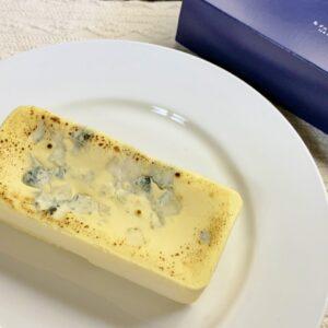 半解凍くらいで袋から出すと形が崩れずに取り出せます。ブルーチーズの独特な香りが漂ってきてワクワク!