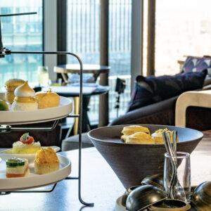 〈フォーシーズンズホテル東京大手町〉の初夏を彩る「マンゴー サマー アフタヌーンティー」。