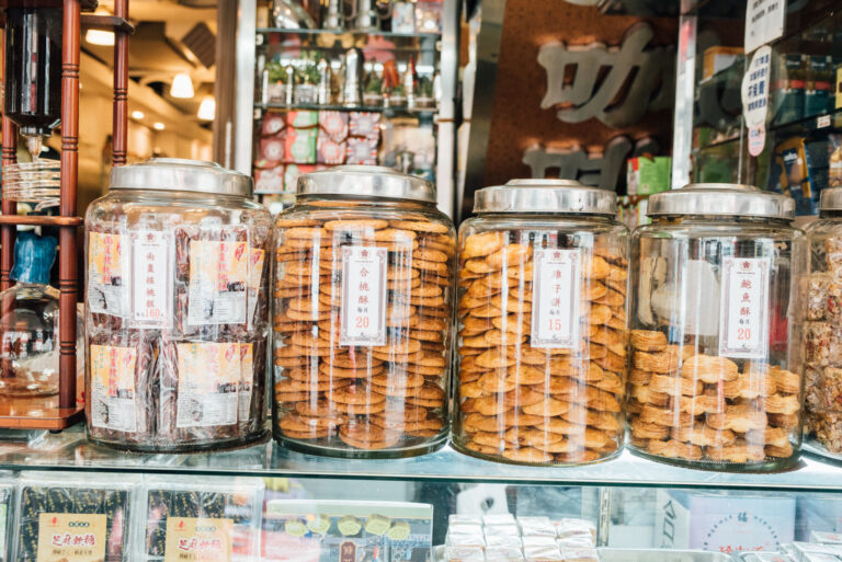 ガラスポットに入っているのが評判の香港クッキー。台北人の人気のおやつでもある。店頭で販売されている。