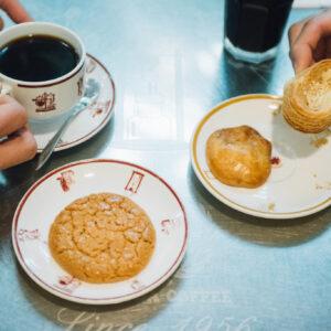 〈蜂大咖啡〉自慢の香港スイーツ。左から、ウォールナッツクッキー20元、ひよこケーキ15元、あわびケーキ20元。