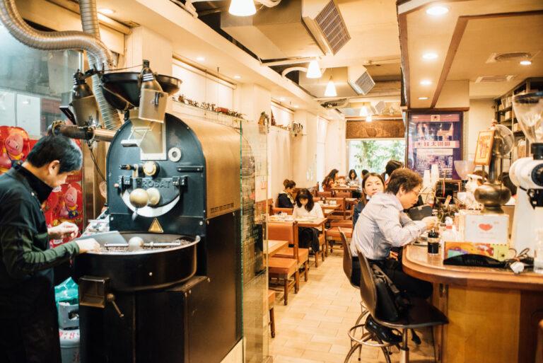 店頭にPROBAT社の焙煎機が置かれ、コーヒーの香り が店内を包み込む。オーナー自ら焙煎をする。