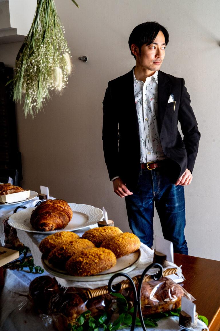 中村聡司シェフ。手前に見えるパンは、ファイナルアンサー焼きカレーパン1個380円