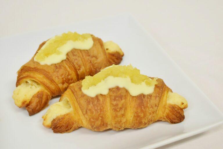 〈Curly's Croissant TOKYO BAKE STAND / グランスタ東京〉「レモンクロワッサン」330円。