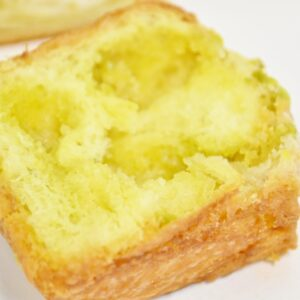 レモンピールとアーモンドクリームを練り込み、色鮮やかなピスタチオをトッピング。ブリオッシュのバターの風味が豊かな一品です。