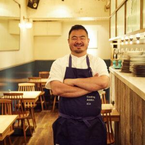 〈sio〉オーナーシェフ 鳥羽周作氏。1978年生まれ、埼玉県出身。Jリーグの練習生、小学校の教員を経て、32歳で料理人の世界へ。2018年、代々木上原にレストラン〈sio〉をオープンし、ミシュラン・ガイド東京で2年連続1ツ星を獲得。