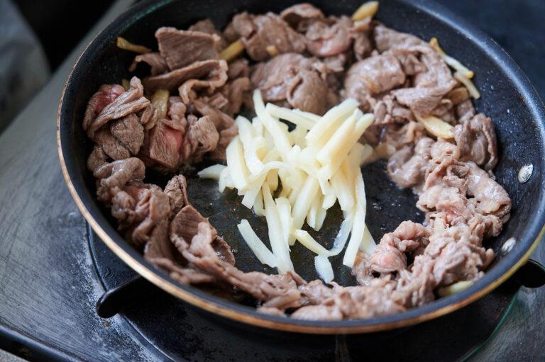 【POINT】肉が焼けたらたけのこを投入。