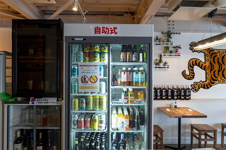 一部の飲み物は「自助式」の文字が貼られた冷蔵庫から取り出すセルフ方式。