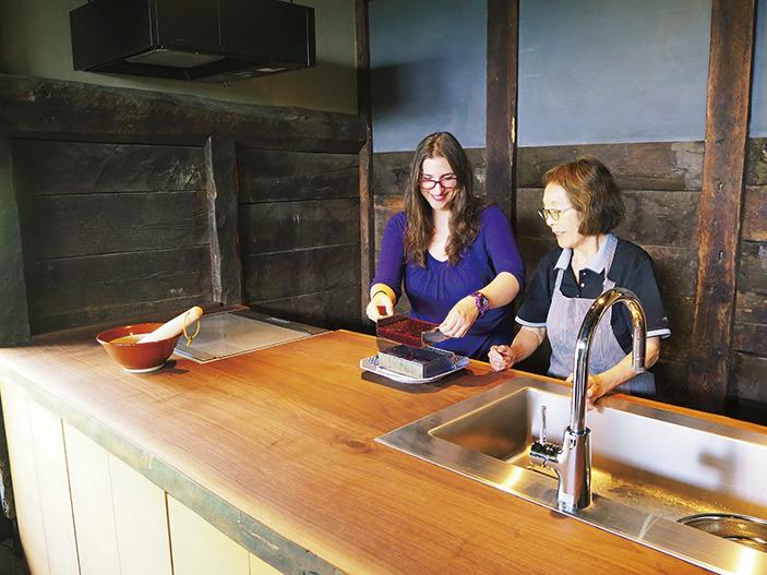 地域の住民と共に楽しむ体験プログラム「ちの旅アクティビティ」。写真は郷土料理体験より。