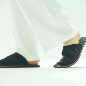 「MATOI」(room shoes)ブラック / グレー   Mサイズ(〜24.5cm)/ Lサイズ(25.0〜30.0cm)16,500円。