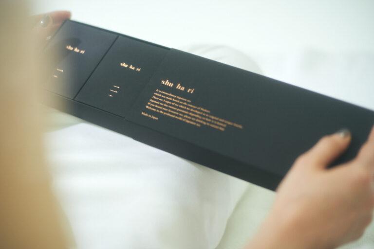 パッケージは「MATOI」のレザーのようにしっとりした手触り。