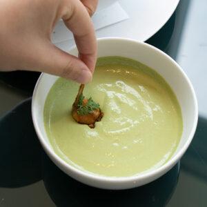 ヨーグルトとコリアンダーで作られたクリームはパクチー好きにはたまりません。