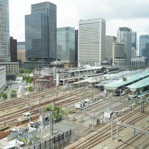 食事をしていると窓の向こうで新幹線など列車が行き交います。