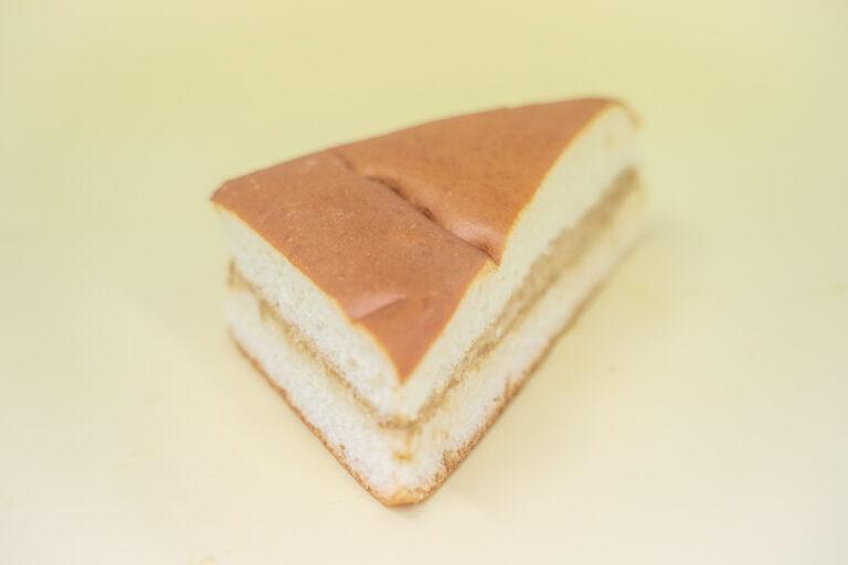 三角にカットされた「コーヒー牛乳パン」はコーヒークリーム入り。