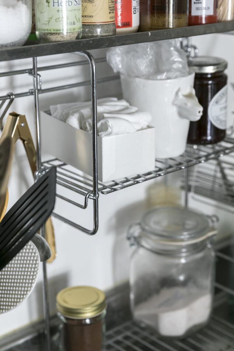 D.着なくなった服をカットし、ウエスにして有効活用。着古した洋服をカットしたウエスをキッチンと洗面所にストック。ふき掃除や、排水口のゴミ取りに便利。洗濯してまた使うことも。