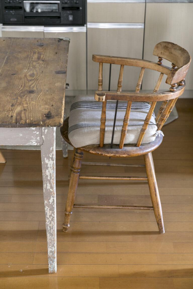 B.2.アンティーク家具を選ぶことで、ものの寿命を延ばすお店に協力。約12年使っているフランスのアンティーク。良品を残したい気持ちで愛用。