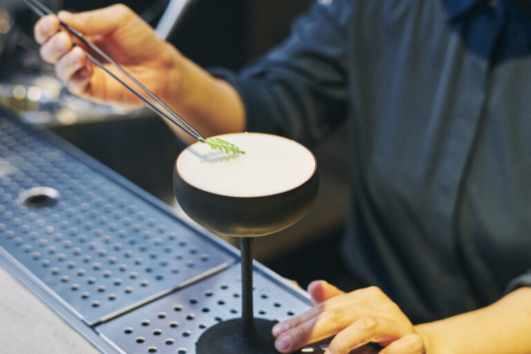 日本の要素が入ったカクテルが揃う。ゴマや焼酎、紫蘇などを使ったものも。