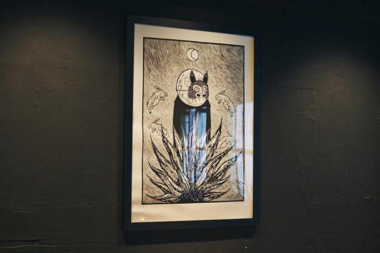 壁の版画はメキシコ人アーティスト、シーザー・シャベズのもの。