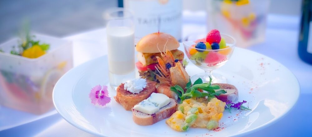 "<span>竹籠灯りの柔らかな光とミストが織りなす幻想的な空間も。</span> 涼しげな""夏""を堪能!〈ホテル椿山荘東京〉で楽しむ、シャンパンのフリーフロー「シャンパンガーデン 2021」。"