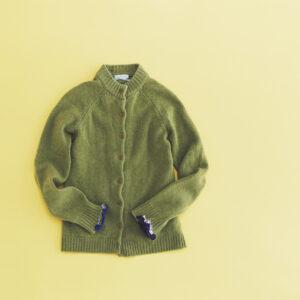 セーターの袖のほつれをシャーリング。