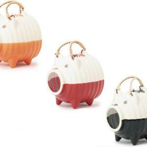 萬古焼は耐熱性に優れ、素焼き本体の下半分を釉薬に浸して塗装する「ずぶ掛け」を施した2トーン仕様。素朴でシンプルな昔ながらのデザインは新鮮で魅力的。