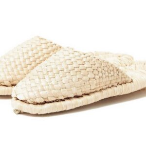 名馬の産地としても知られる青森県十和田で生まれたスリッパ。ユニセックスで軽やかな履き心地は、職人が丁寧に編み上げるため、製作は1日1足のみ。