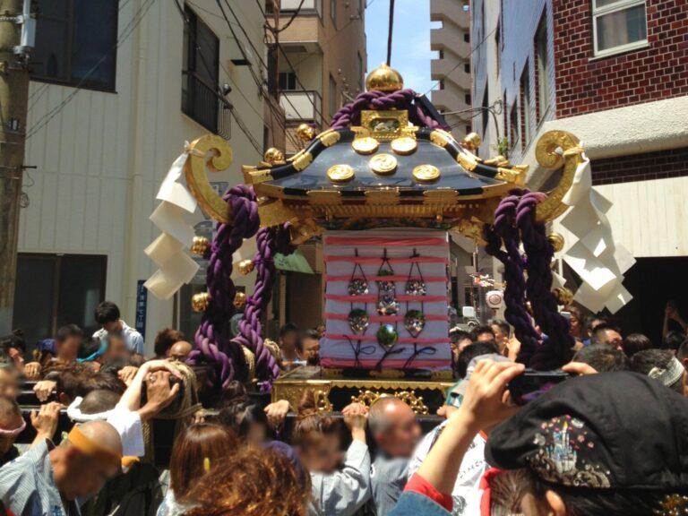 過去の三社祭の様子。お神輿の煌めきと担ぎ手の熱量のすごさ…!