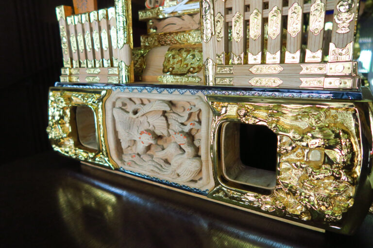 宮本卯之助商店が初めて取り入れた「三味線胴」。正面には「朱雀」の彫刻が。