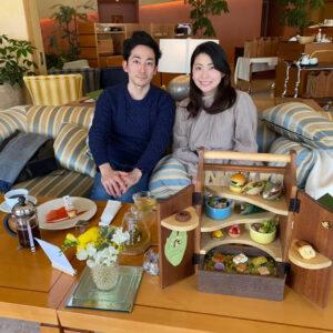 〈星野リゾート 軽井沢ホテルブレストンコート〉で念願のアフタヌーンティー。となりは旦那さま。