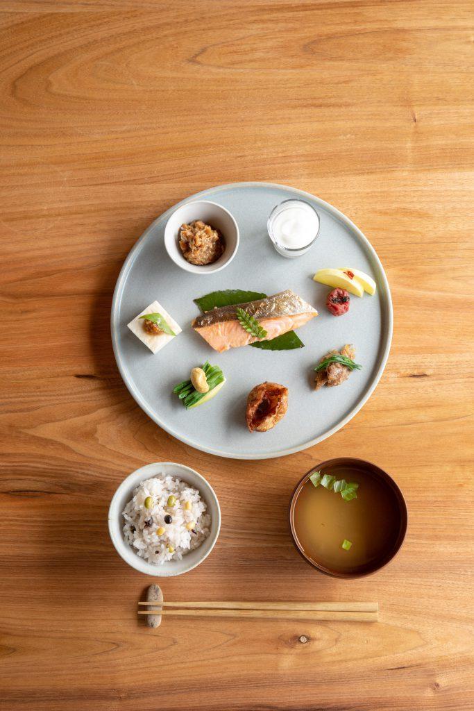 味噌蔵を改修したダイニング〈纏 matoi〉。長く受け継がれてきた伝統食を取り入れた、ローカルガストロノミーを提供する。写真は朝食の一例。