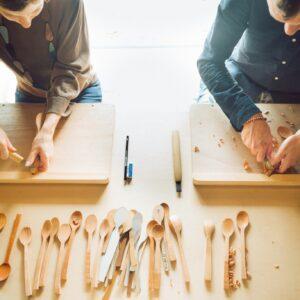 井波彫刻の技法を使ってオリジナルスプーンを作るなど、職人の工房で行うワークショップが人気(要予約)。