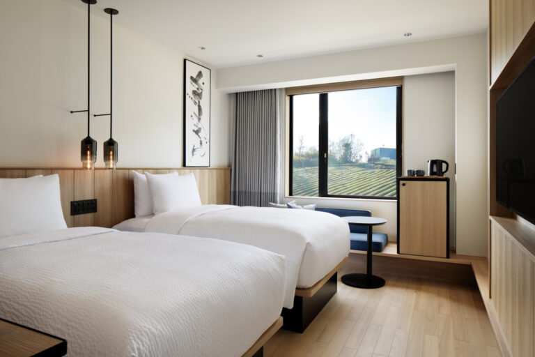広々とした茶畑を望む客室。