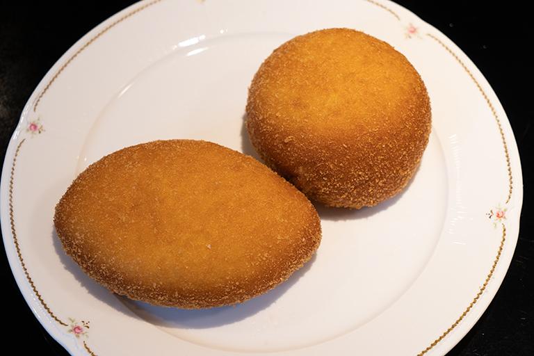 「自家製美味しいかれーパン」左が辛口、右が普通。各280円。