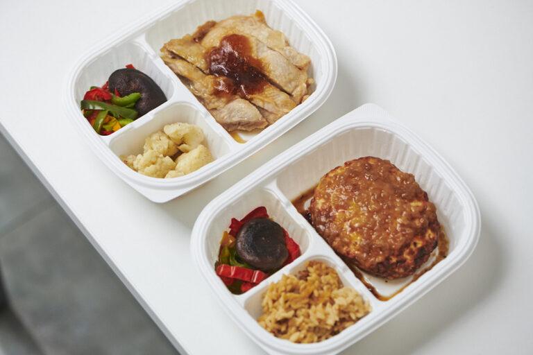 (手前から)新商品の「ダイズライス」が入った「塩ダレチキンハンバーグ」「ポン酢鶏もも肉ステーキ」。