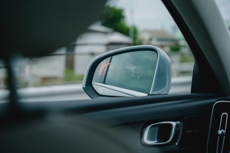 後方から接近する車をサイドミラーの警告灯で知らせ、急な車線変更ができないように自動制御してくれるステアリング・アシスト。