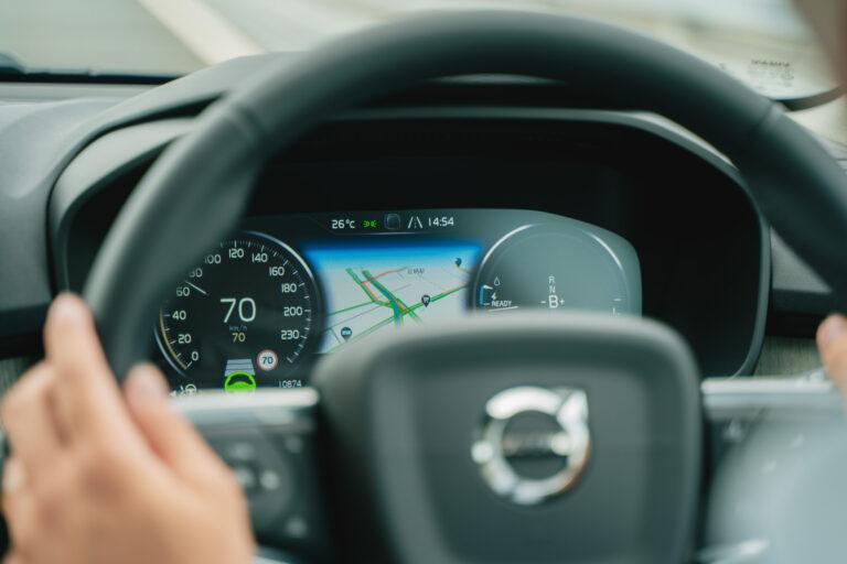高速道路内では、車線や前の車と一定の車間距離を保ちながら走行するパイロット・アシスト機能を使ってみて。運転操作が格段に楽になります。