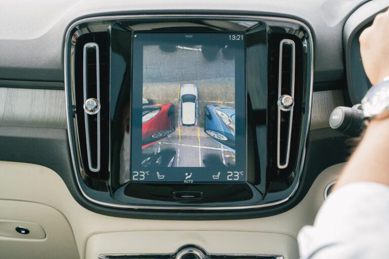 駐車時は、車を真上から見下ろしているかのような画角でディスプレイに表示してくれるので、狭いスペースの駐車でも安心。