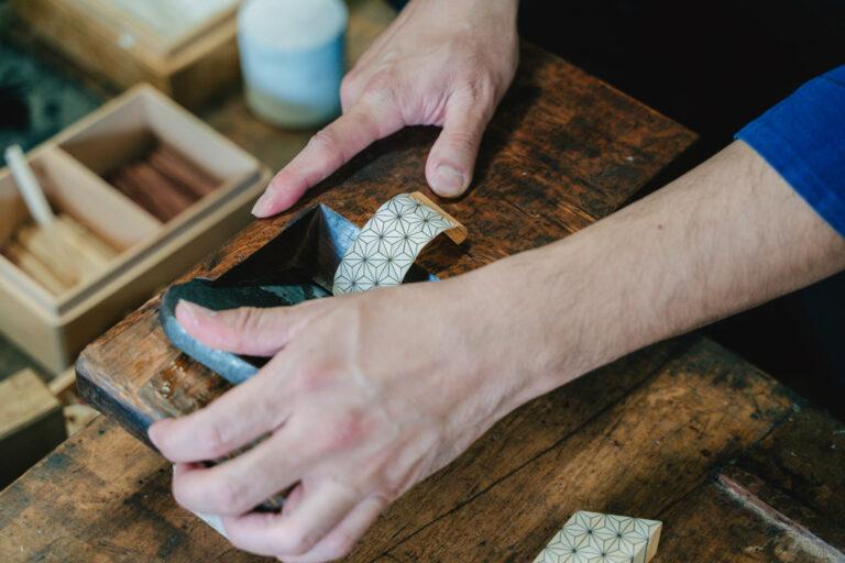 カンナを使って模様を削り出して作る「ずく」。やってみるとこれだけでもとても難しい。