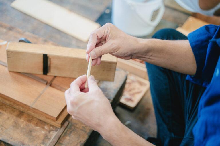 小さく削り出した木が模様の1パーツ。職人さんの手作業はずっとみていても飽きないほどひきこまれてしまいます。