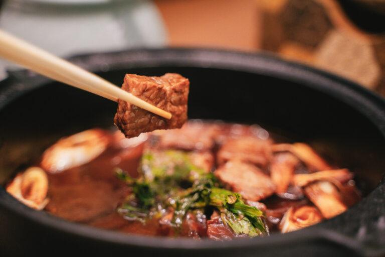 お味噌で煮込まれても溶けることのない絶妙な柔らかさの牛肉。脳裏に焼きつく一口です。