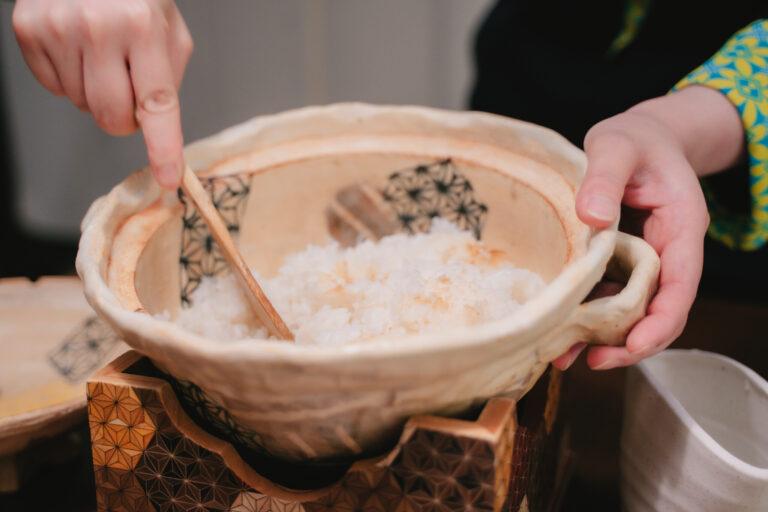 土鍋の柄と鍋の台が寄木になっていて可愛い…!隠れた寄木アイテムを見つけるのも滞在の楽しみ。