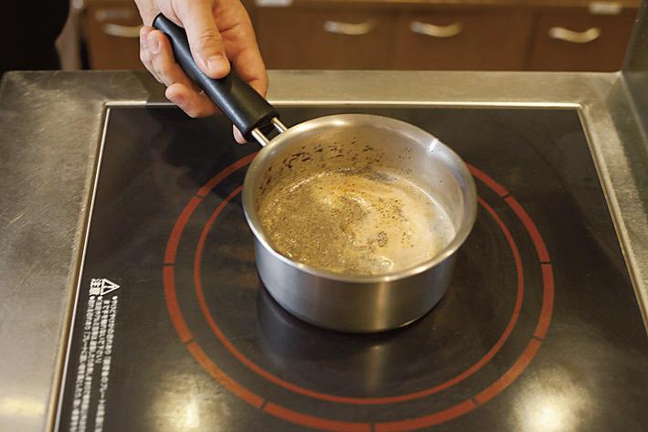 スパイスを煮出したあとにスリランカ産ディンブラの茶葉をたっぷり。1杯のチャイに使う茶葉は通常の2ポット分。ミルクを足して一煮立ち。最後に高い場所から注いで空気を含ませ、まろやかな味に仕上げる。