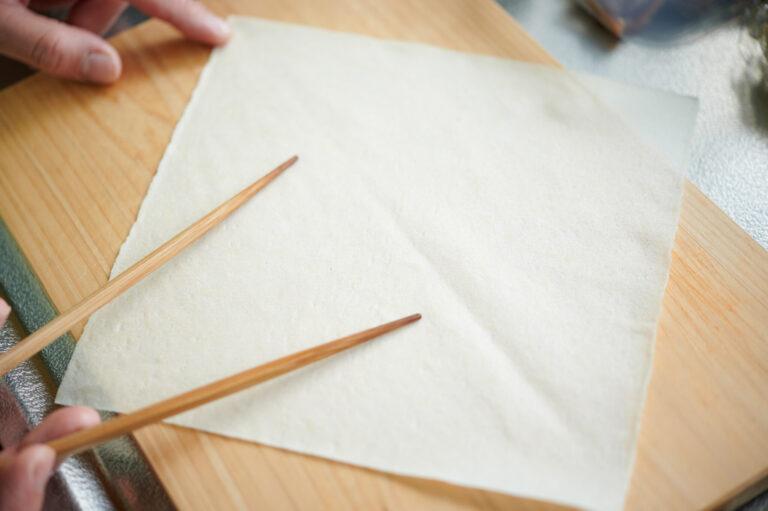 【POINT】目印になる折り線をつける。