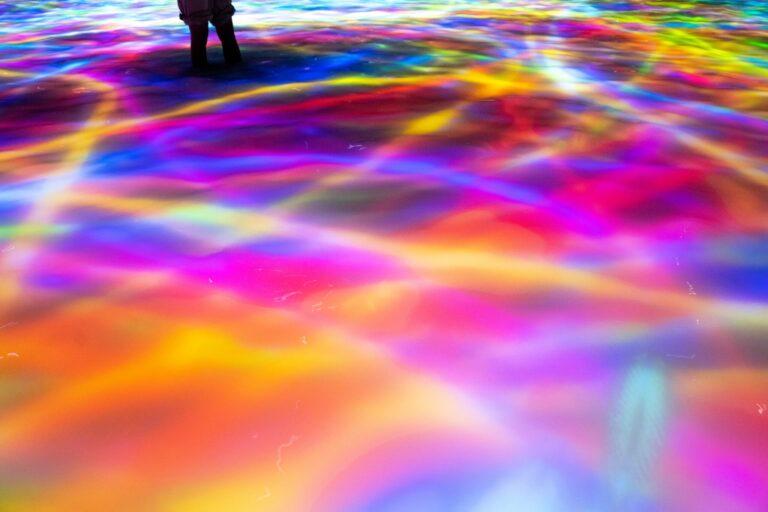 時間によって、鯉が光の線に変わって人の周りをぐるぐる囲む演出も。