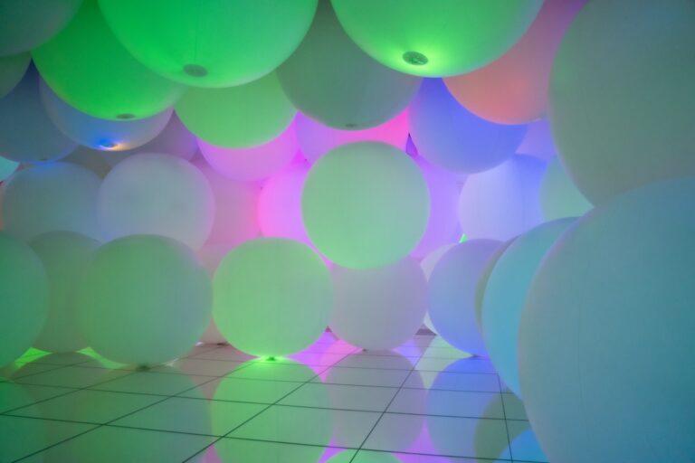 「意思を持ち変容する空間、広がる立体的存在 - 平面化する3色と曖昧な9色、自由浮遊 / Expanding Three-Dimensional Existence in Transforming Space - Flattening 3 Colors and 9 Blurred Colors, Free Floating」