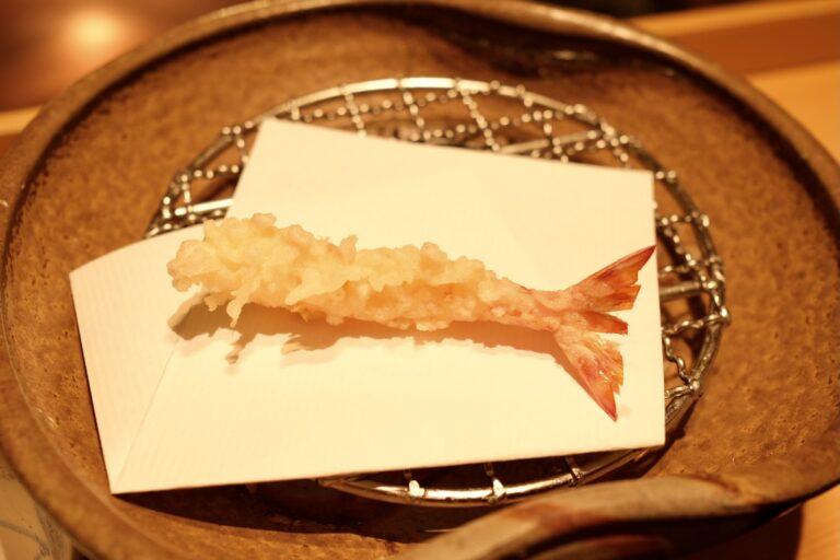 捌きたてを揚げた海老の天ぷら。